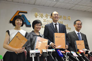 Dr Tong Chong-sze (second from right), Secretary General of the HKEAA,  announced the overall results of the 2015 HKDSE at a press conference held on 14 July.