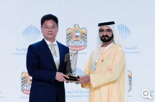 评核科技及研究总监罗冠中博士代表考评局,接受副总统兼总理及杜拜酋长 His Highness Sheikh Mohammed bin Rashid Al Maktoum 颁发「Best m-Government Service Award」殊荣