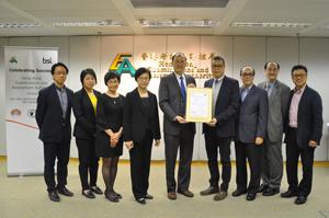 秘书长唐创时博士(中)联同其他管理层成员接受认可香港中学文凭考试电脑系统水平的证书