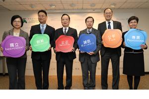 考评局主席陈仲尼(左三) 及副主席麦志强博士(右三) 与秘书长唐创时博士(右二)及总监主持启动礼。